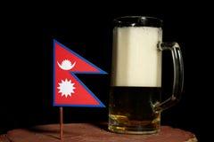 Nepalska flaga z piwnym kubkiem na czerni Fotografia Royalty Free