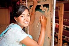 Nepalska kobieta rysuje tradycyjnego obraz w Kathmandu, Nepal zdjęcia stock