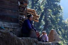 Nepalska kobieta z jej dzieckiem blisko domu Everest region, Hima Obraz Stock