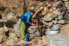 Nepalski kobiet myć Everest region, himalaje, w Nepal na A zdjęcia royalty free
