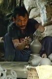 Nepalski rzemieślnik robi glinianemu garnkowi modelującemu z jego rękami obrazy stock