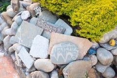 Nepalski słowo psalmy na kamieniu w świątyni obraz royalty free