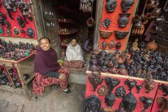Nepalskie sprzedawca pamiątki Więcej 100 kulturalnych grup tworzyli wizerunek Bhaktapur jako kapitał Nepal sztuki Obraz Stock