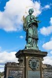 Nepomuk圣约翰雕象在查理大桥的在布拉格 库存图片