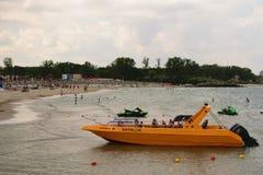 Neptun,罗马尼亚- 2017年7月8日:旅游业的黄色速度小船 人们获得乐趣在海滩胜地在Neptun,康斯坦察,罗马尼亚 库存图片