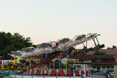 Neptun, Румыния - 8-ое июля 2017: Люди имея потеху на местном парке атракционов расположенную на пляжный комплекс в Neptun, Const Стоковая Фотография