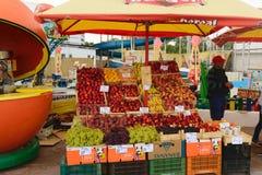 Neptun, Румыния - 8-ое июля 2017: местный рынок свежих фруктов на улице расположенный на пляжный комплекс в Neptun, Constanta, Ру Стоковое Изображение RF