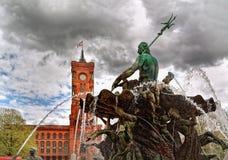 Neptun-Brunnen und Rotes Rathaus, Berlin, Deutschland Lizenzfreie Stockbilder
