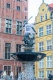 Neptun, der Konstytucja-T-Shirt an historischem Neptun-` s Brunnen in der alten Stadt von Gdansk trägt Konstytucja bedeutet Konst lizenzfreie stockbilder