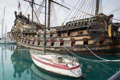 Neptun för Il Galeone piratkopierar skeppet i Genoa Porto Antico (gammal hamn royaltyfria bilder
