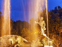Neptun-Kampfwagen-Pferdestatuen-Brunnen-Nacht Madrid Spanien Stockbild