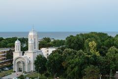 Neptun Olimp,罗马尼亚-生动描述显示地方基督教会、绿色森林和黑海 库存图片