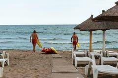 Neptun, Romênia - 8 de julho de 2017: Duas salvas-vidas entram no Mar Negro para salvar alguém do afogamento na praia romena do b Foto de Stock Royalty Free