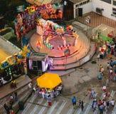Neptun, Rumania - 8 de julio de 2017: Gente que se divierte en el parque de atracciones local situada en el complejo playero en N Imágenes de archivo libres de regalías