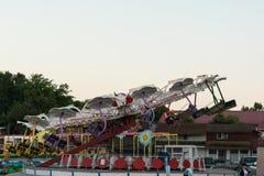 Neptun Rumunia, Lipiec, - 8, 2017: Ludzie ma zabawę przy lokalnym parkiem rozrywki lokalizującym na miejscowości nadmorskiej w Ne Fotografia Stock