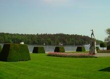 Neptun som ser över Östersjön på Drottningholm trädgårdar, Sverige royaltyfri bild