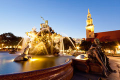 (Neptunbrunnen)海王星喷泉在日落的柏林 免版税库存照片