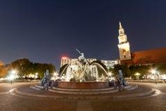 (Neptunbrunnen) fontaine de Neptune à Berlin au coucher du soleil Image stock