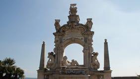 Neptunskulptur och båge Royaltyfri Foto