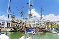 Neptunspansk gallion piratkopierar skeppet i Genova, Italien Royaltyfri Bild
