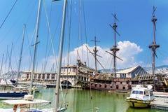 Neptunspansk gallion piratkopierar skeppet i Genova, Italien Fotografering för Bildbyråer