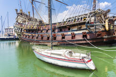 Neptunspansk gallion piratkopierar skeppet i Genova, Italien Arkivbilder