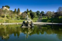 Neptunspringbrunn i mitten av de Boboli trädgårdarna Florence royaltyfri bild