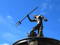 Neptunspringbrunn med blå himmel Gdansk, Polen Arkivfoto