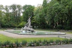 Neptunspringbrunnen f?r?ndrar in botaniska tr?dg?rden av Munich, Tyskland royaltyfri bild