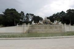 Neptunspringbrunnen i den Schönbrunn slotten parkerar Royaltyfria Bilder