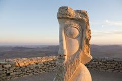 NEQEV沙漠,以色列- 2016年12月20日, :在火山口拉蒙散步的雕塑  库存图片