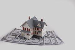 Ner - betalning på ett hus royaltyfri foto