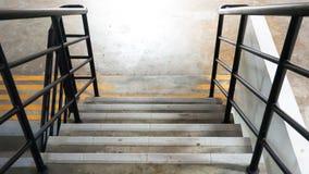 Ner en trappa med det svarta metallstaketet royaltyfri foto