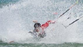 ner fallande kitsurfer Royaltyfria Bilder