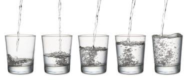 ner faller drinken glass vätskerörelsevatten arkivbilder