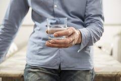 ner faller drinken glass vätskerörelsevatten Arkivbild