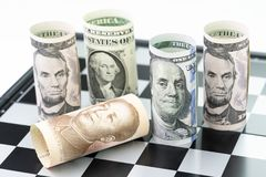 Ner faller surrund för Kina bankrulle vid US dollarrullsedlar på Royaltyfri Fotografi