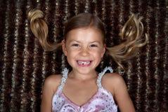 ner flicka little liggande le för filt royaltyfri foto