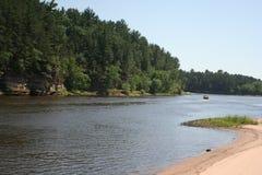 ner flod Arkivbild