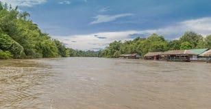 Ner floden i Thailand royaltyfri bild