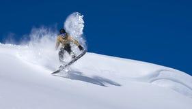 ner flyttande snowboarder Royaltyfri Foto