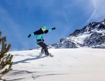 ner flyttande snowboarder Royaltyfri Bild