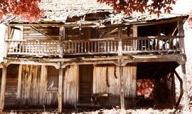 ner gammal körning för lantgårdhus Arkivbild