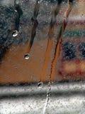 ner genomblött fönster Arkivfoto