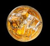 ner glass seende whiskey Arkivfoto