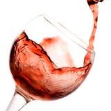 ner hällande rött vin royaltyfri bild