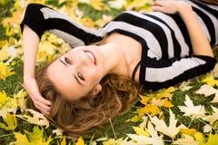 ner ligga för flickaleaves arkivfoto