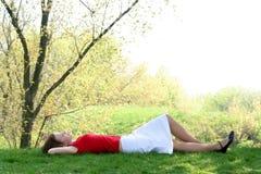 ner liggande kvinna Arkivfoton