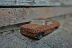 Ner macro del lanzamiento del modelo metálico oxidado del coche la ventana al aire libre imagen de archivo libre de regalías
