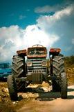 ner slitage gammal traktor Royaltyfri Bild